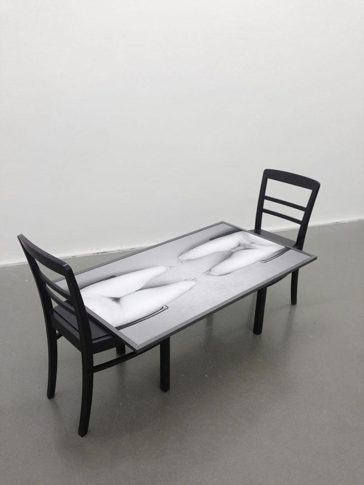 Mann und Frau sich gegenüber sitzend, 2 Stühle, Foto, Rahmen, 2015, Dominik Geis